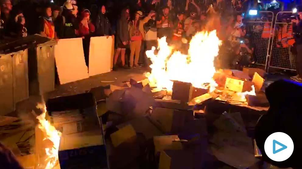 Los radicales separatistas cercan a los Mossos con barricadas ardiendo