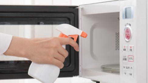 Pasos para limpiar el microondas con remedios naturales