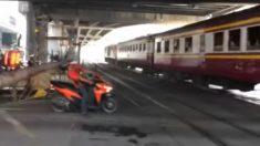 Facebook: Motorista recibe un duro golpe por no esquivar una barrera