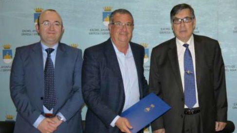El secretario del Ayuntamiento de Oropesa José Luis SIlvente, el ex alcalde Rafael Albert y un representante de la Cámara de Comercio de Castellón.