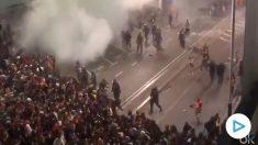 Enfrentamientos de la policía contra los manifestantes separatistas en El Prat el lunes.