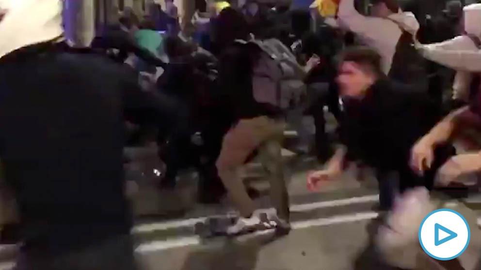 Independentistas patean a un mosso en el suelo.