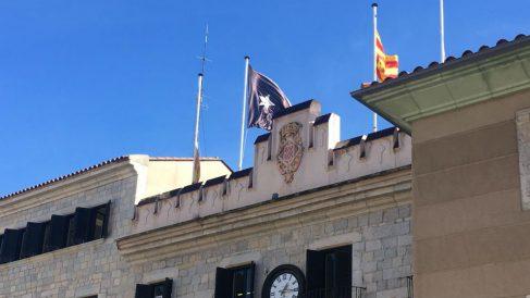 La bandera negra ondea en lugar de la de España en el Ayuntamiento de Gerona