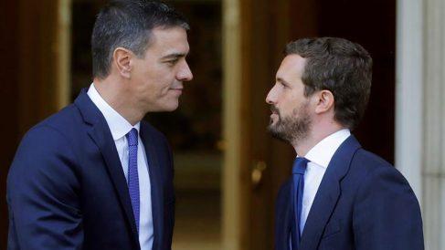 Pablo Casado con Pedro Sánchez en La Moncloa
