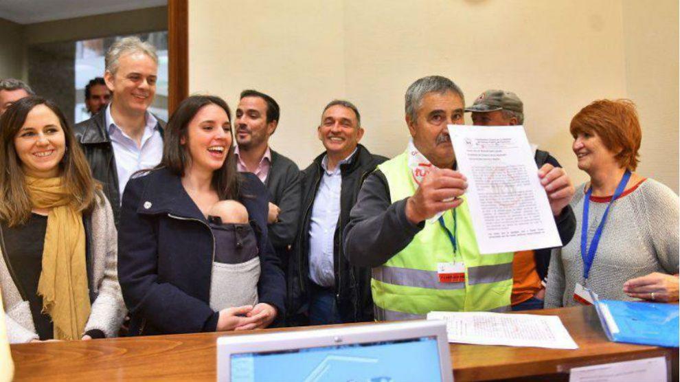 Montero, Garzón y otros diputados de Unidas Podemos junto a representantes de las 'marchas de los pensionistas' en el registro del Congreso. (Foto: Podemos)