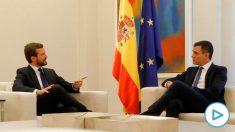 El presidente del Gobierno en funciones, Pedro Sánchez (d), y el líder del PP, Pablo Casado, durante la reunión que han mantenido este miércoles en Moncloa para analizar la escalada de violencia en Cataluña tras la sentencia del «procés».  Foto: EFE