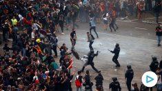 Mossos d'Esquadra cargan contra las miles de personas se agolpan ante el Aeropuerto del Prat después de que la plataforma Tsunami Democràtic haya llamado a paralizar la actividad del aeropuerto, en protesta por la condena a los líderes del 'procés'. Foto: EFE