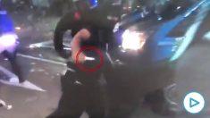 Imágenes del hombre armado con un cuchillo en las cargas de Barcelona.