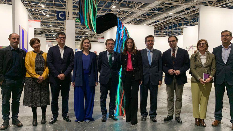 El alcalde de Madrid, José Luis MArtínez Almeida, acompañado de varias personalidades políticas en la inauguración de la Feria Estampa en Ifema. Foto: EP