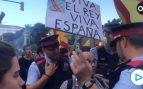 Éste es el valiente que se ha paseado con una bandera de España frente a una manifestación separatista
