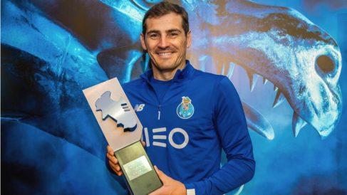 Iker Casillas posa con el trofeo que le acredita como mejor portero de la temporada 2018-19.