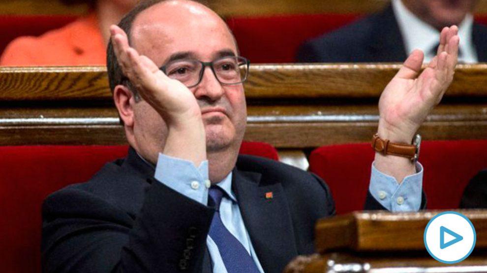 El primer secretario general del PSC Miquel Iceta, aplude irónicamente el discurso del candidato de JxCat, Quim Torra, durante el discurso en la primera sesión del debate de investidura en el Parlament (Foto: Efe)