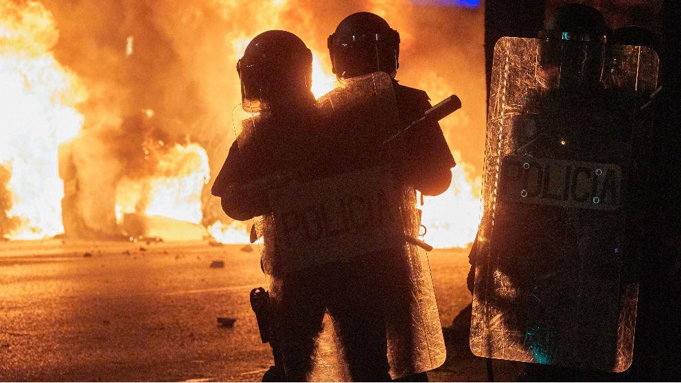 Mossos en los disturbios de Cataluña.