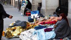 Personas solicitantes de asilo durmiendo a las puertas del Samur Social. (Foto. EFE)