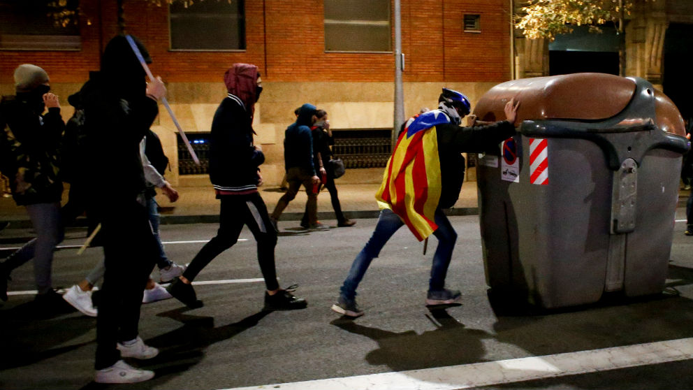 Radicales independentistas preparan una barricada en el centro de Barcelona tras la manifestación . (Foto: EFE)