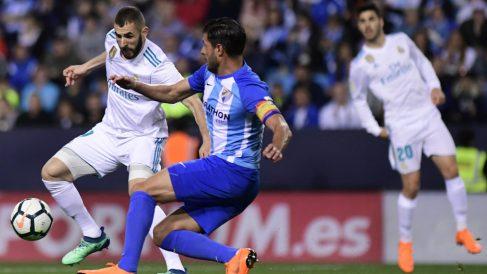 Miguel Torres en un partido ante el Real Madrid (AFP)