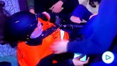 Momento en el que los periodistas son recriminados por ayudar y grabar a un compañero herido.