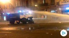 Los Mossos utilizan la tanqueta hídrica por primera vez: apagan las barricadas pero no dispersan a los violentos.