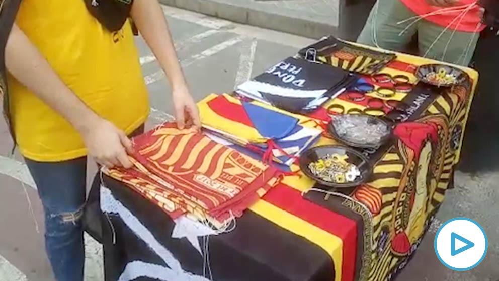 """El merchandising separatista hace su agosto durante la huelga: """"Todo va a la caja de resistencia"""""""