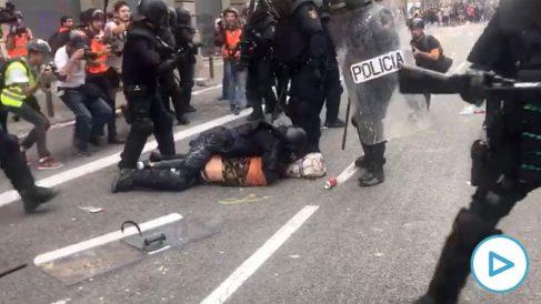 Antidisturbios de la Policía Nacional deteniendo a un CDR en Barcelona este viernes. (Imagen: Edu Moreno)