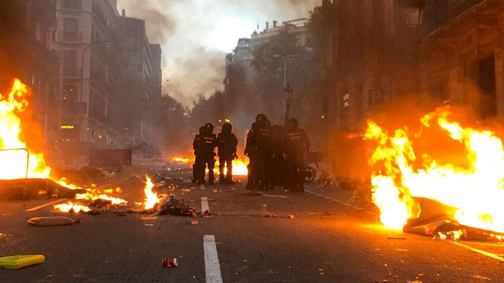 Antidisturbios de la Policía Nacional frente a los violentos CDR en Barcelona. (Foto: Alix Guereca)