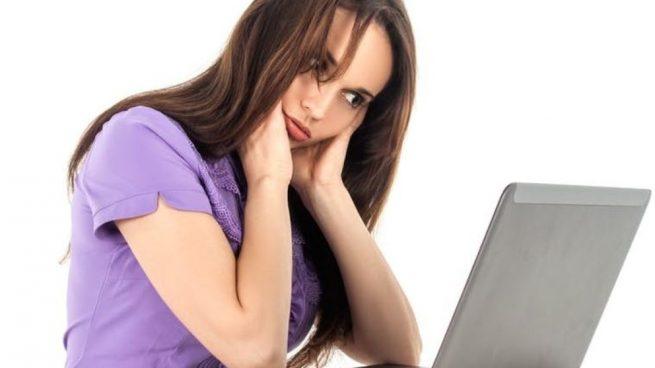 Uno de los síntomas que suelen surgir a causa del estrés es el dolor de cabeza.