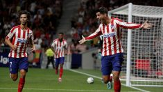 Morata celebra un gol ante la mirada de Joao Félix. (Getty)
