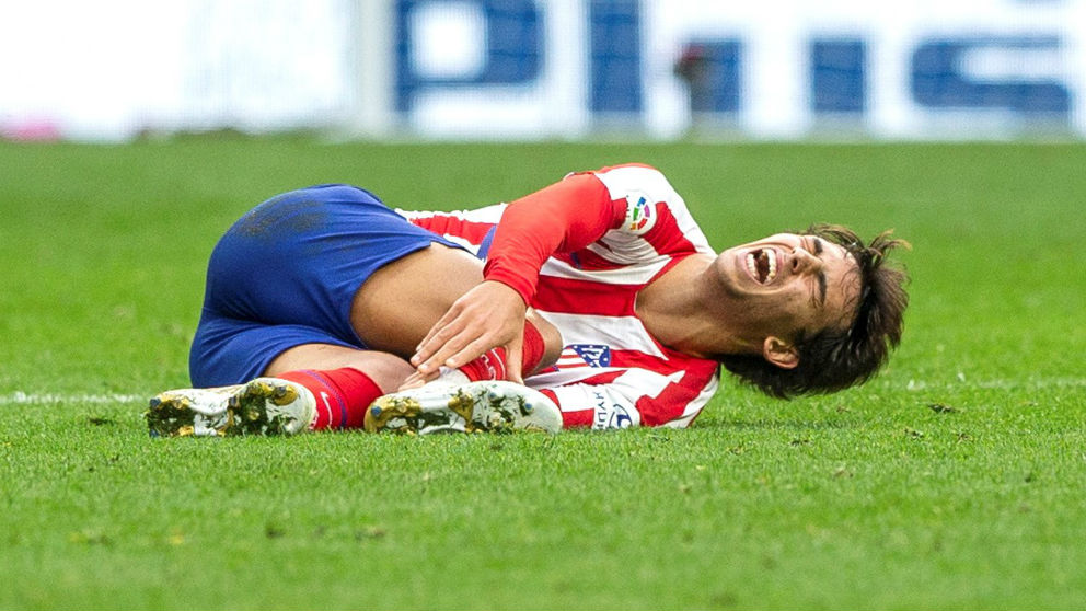 Joao Félix se duele en el césped tras lesionarse el tobillo. (EFE)