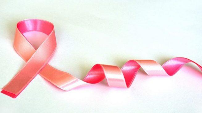 Se celebra como recordatorio del compromiso de toda la sociedad en la lucha contra el cáncer de mama.