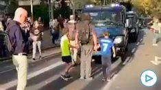Un padre utiliza a sus hijos pequeños para intentar frenar a un furgón de Policía