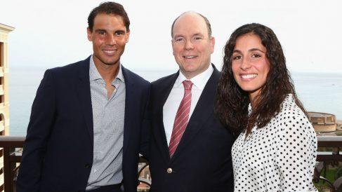 Rafa Nadal y Xisca Perelló, junto al príncipe Alberto de Mónaco. (AFP)