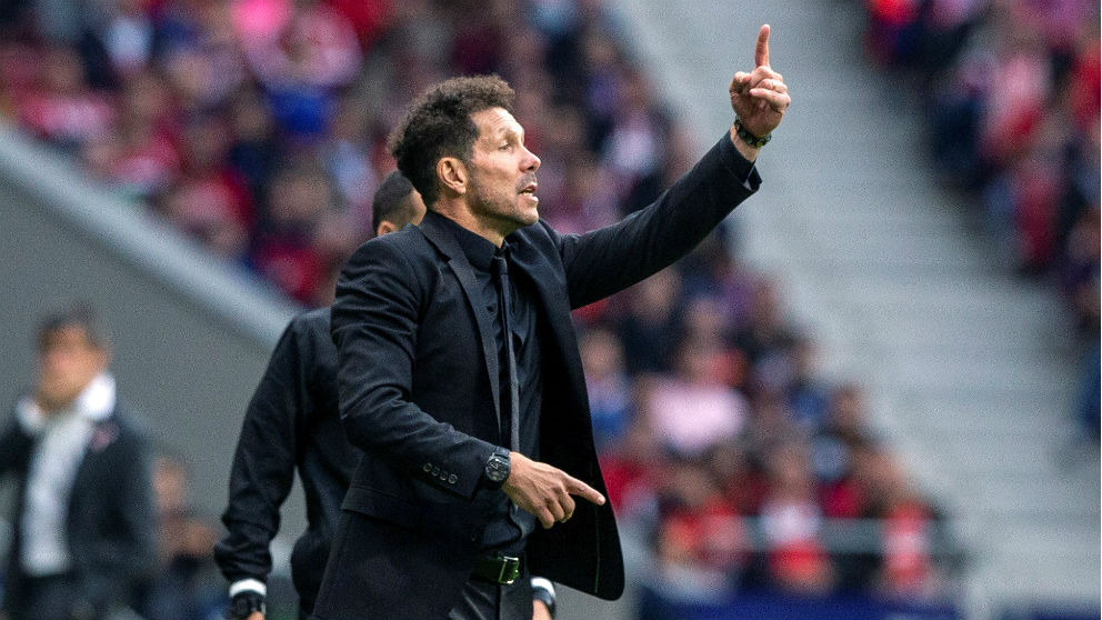 Simeone da instrucciones durante el Atlético – Valencia. (EFE)