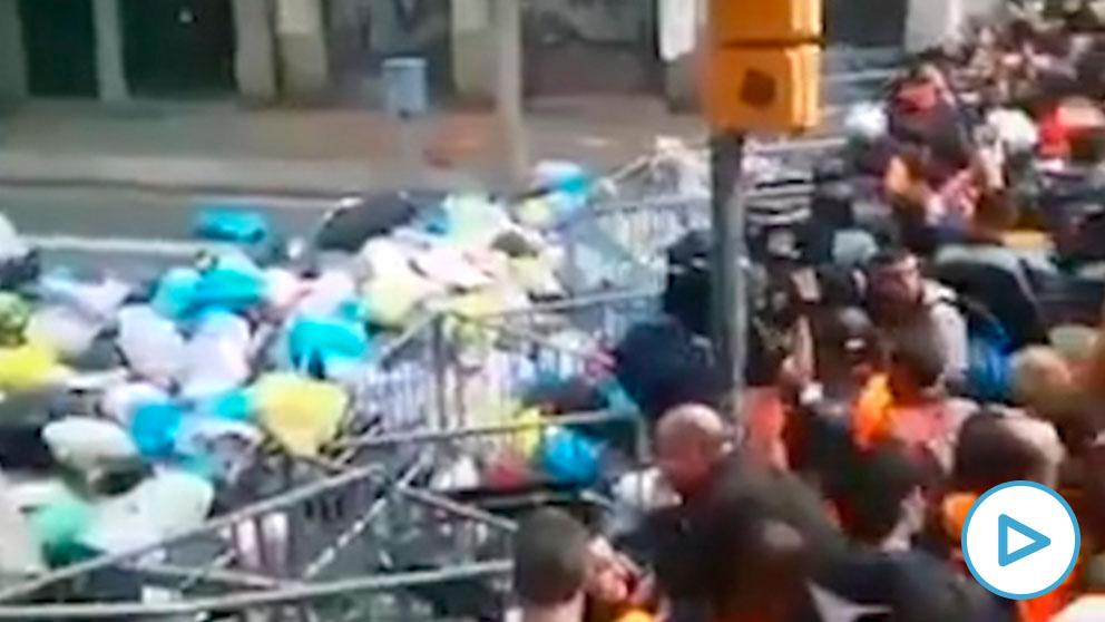 Los CDR lanzando bolsas de basura frente a la Delegación del Gobierno en Cataluña.