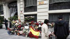 Flores y banderas de España en la Jefatura Superior de Policía de Barcelona. (Foto: EFE)