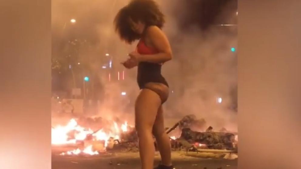Facebook: Baila twerking como protesta en los disturbios de Barcelona