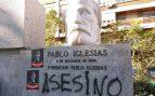 El busto de Pablo Iglesias con pintadas y carteles este lunes.