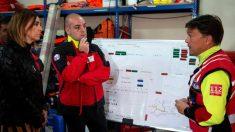 La consejera Paula Fernández recibe las explicaciones del equipo de rescate de los espeleólogos portugueses perdido en Cueto Contesa. (Efe)