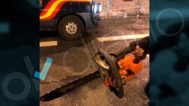 Con motosierras como ésta han atacado los 'pacíficos' separatistas a la Policía en Barcelona