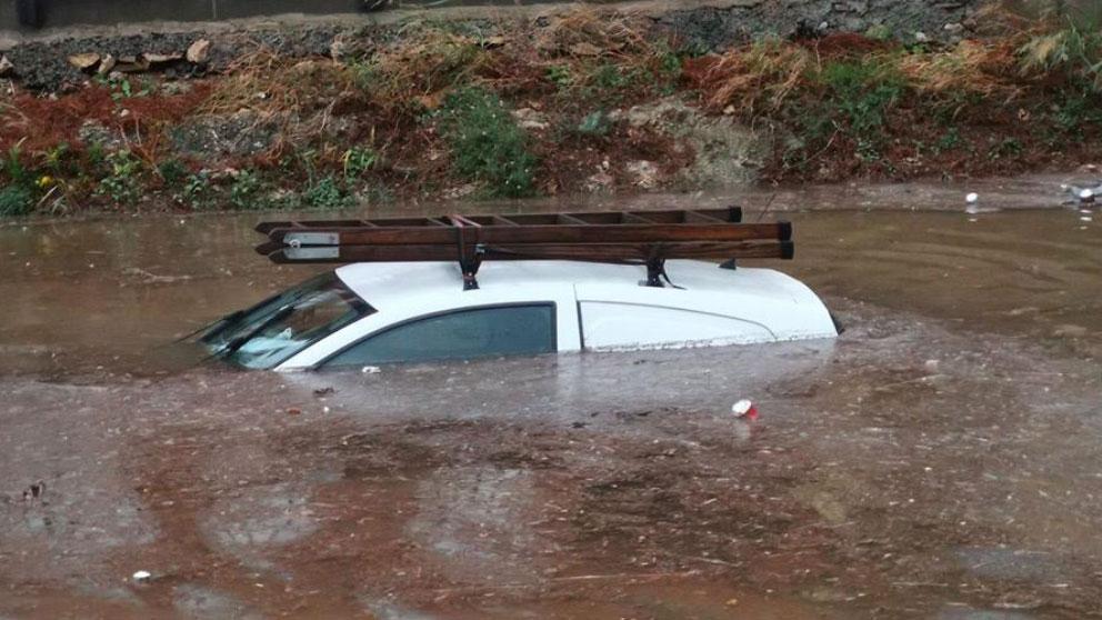Un coche bajo el agua de un rio por la crecida que ha experimentado debido a las fuertes lluvias y el temporal que ha experimentado Cataluña. Foto: Twitter