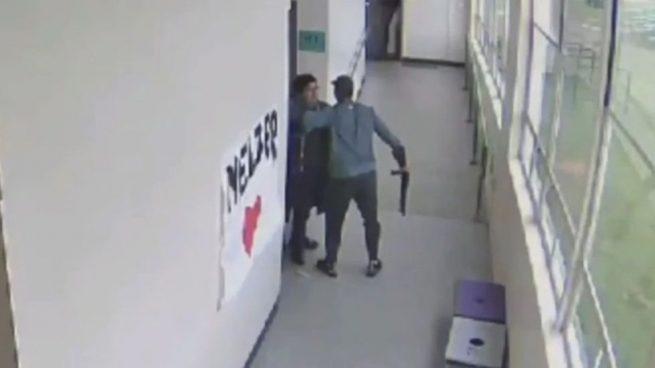 Facebook: Un profesor consigue desarmar a su alumno