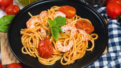 Espaguetis con oreja de cerdo y gambas