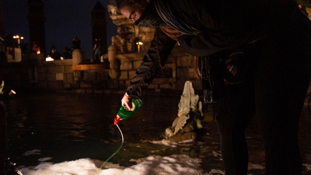 Un manifestante de los CDR arroja jabón en la fuente de Plaza España de Barcelona. Foto: EP