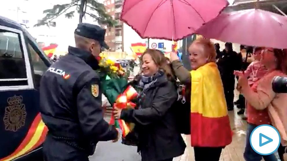 Recibimiento a los policías antidisturbios de Valencia en su vuelta de Cataluña.