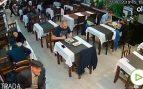 Un hombre mayor roba una mochila en treinta segundos en un restaurante de Barcelona