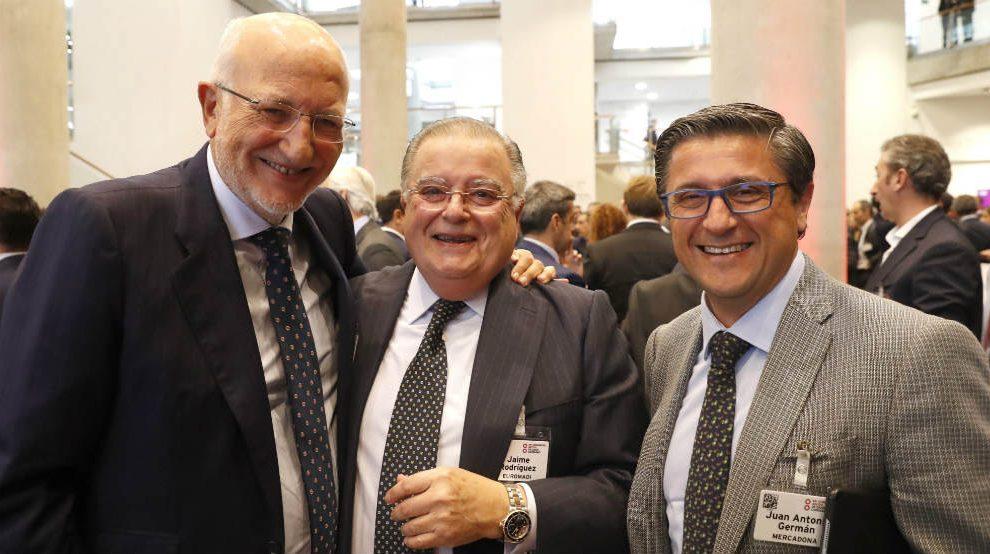 El presidente de Mercadona, Juan Roig Alfonso, junto a Jaime Rodríguez de EUROMADI, y Juan Antón Germán, de Mercadona (i a d), en un receso en el Congreso del Gran Consumo, organizado por la Asociación de Empresas Fabricantes y Distribuidores (Aecoc) de 2019