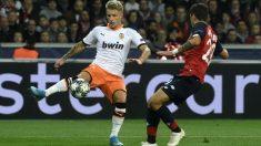 Wass controla un balón durante el Lille – Valencia.
