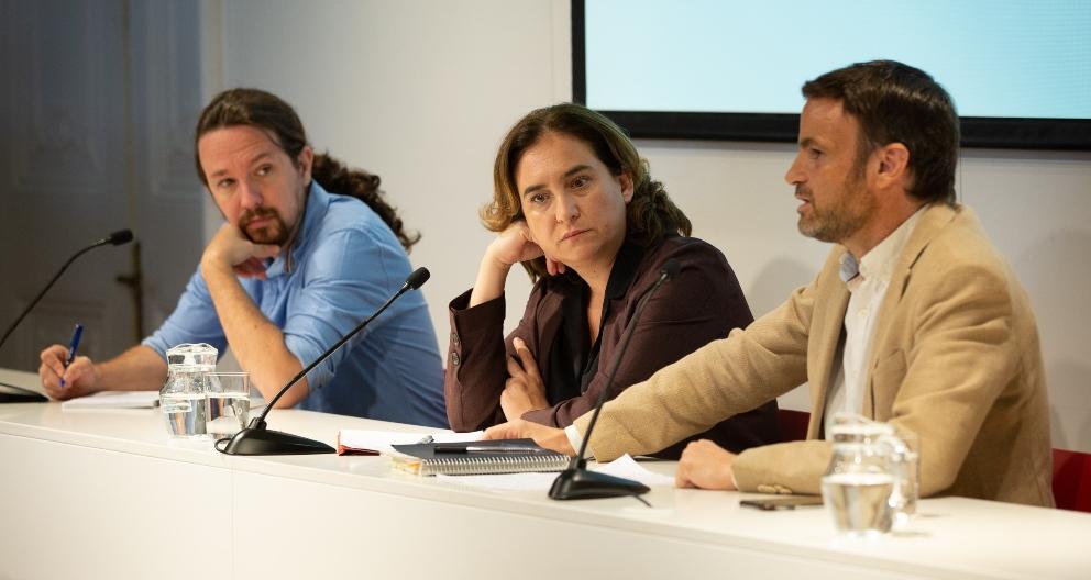 El secretario general de Podemos, Pablo Iglesias; la alcaldesa de Barcelona, Ada Colau; y el portavoz de En Comú Podem en el Congreso de los Diputados, Jaume Asens