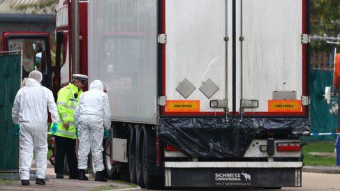Las autoridades inspeccionan el camión. Foto: EP