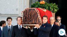 Los familiares de Franco, José Cristobal y Luis Alfonso de Borbón Martínez-Bordiú encabezan la comitiva familiar que porta el féretro con los restos mortales del dictador