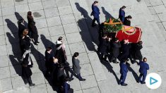 Los familiares portan el féretro con los restos mortales de Francisco Franco tras su exhumación hasta un coche en el Valle de los Caídos antes de su trasladado al cementerio de El Pardo-Mingorrubio para su reinhumación. Foto: EFE